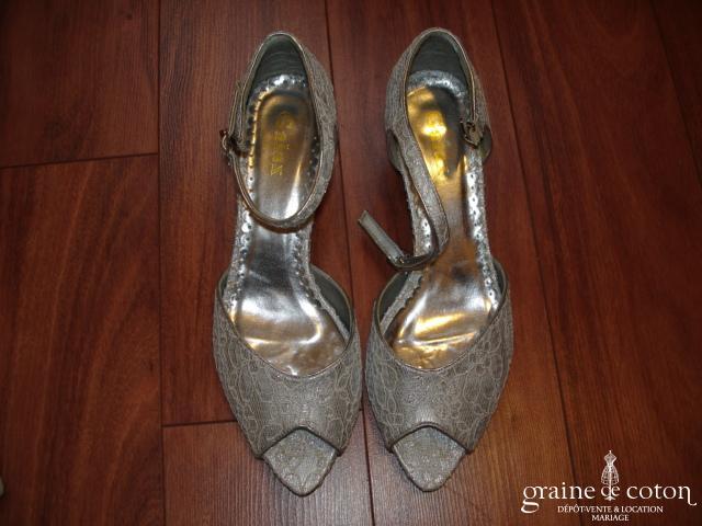 Escarpins (chaussures) dentelle argentée avec lanière et bout ouvert