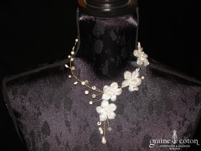 Pronuptia - Collier en fil tressé doré, perles nacrées et fleurs en organza