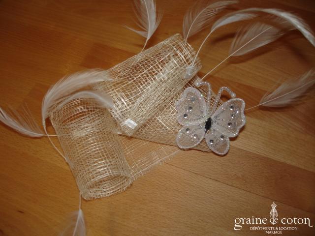 Création Alexia de Paris - Grand bibi en abaca et plumes ivoire avec papillon