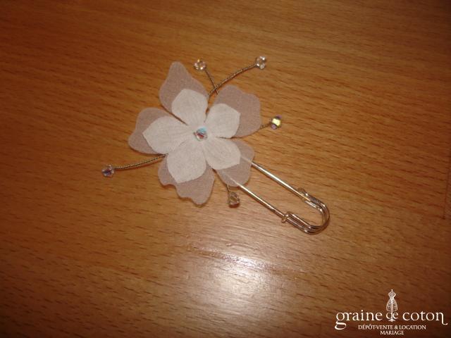 Au fil perlé - Attache traîne avec fleurs en tissu et toupies Swarovski