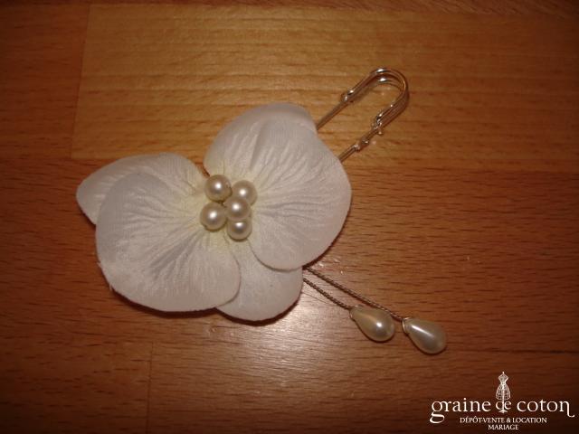 Au fil perlé - Attache traîne avec orchidée en tissu et perles gouttes ivoires