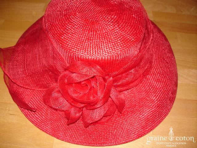 Chapeau rouge avec trois roses