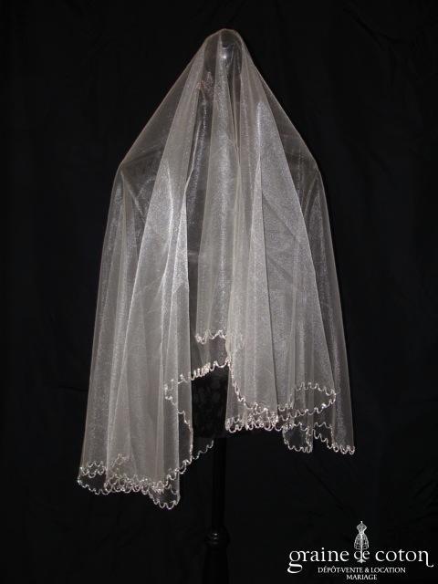 Voile nacré blanc court, bordé de perles argentées