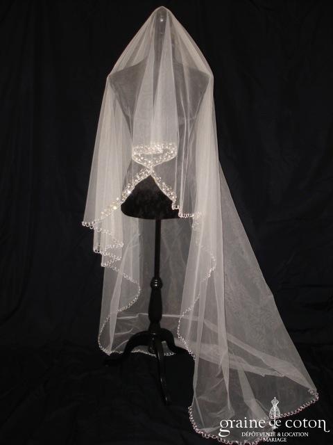 Voile blanc long de 3 mètres bordé de perles argentées et de strass