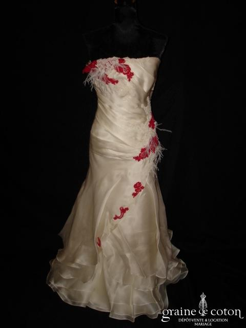 Création Arthur Aquino - Robe drapée en organza de soie ivoire avec guipure de dentelle ivoire et rouge (sirène taille basse)