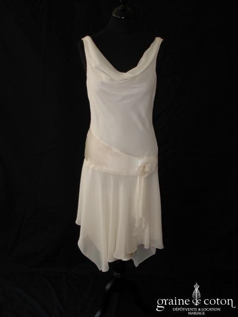 Fashion NewYork pour Lafayette Mariage - Robe courte taille basse asymétrique (années 20 mousseline fluide bretelles col bénitier V)