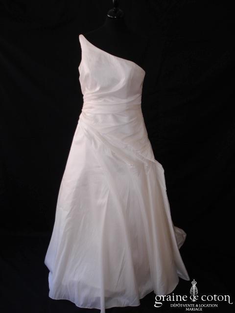 NYLS Création - Robe en taffetas drapé ivoire avec bretelle asymétrique