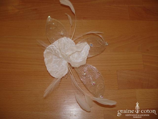 Fleur ivoire à cheveux montée sur peigne (plumes tulle strass)