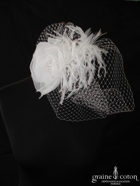 Voilette avec fleur blanche en tissu montée sur peigne (plumes perles)