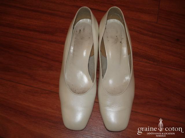 Chaussures en cuir ivoire à bout et talon carré