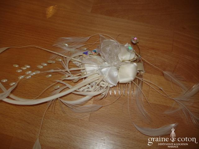 Fleur en satin et plumes montée sur peigne avec coeurs en Swarovski