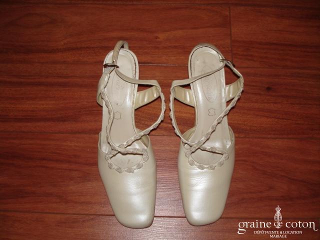 Chaussures en cuir ivoire à lanières croisées