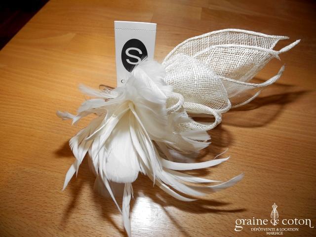 Pince fleur à cheveux en sisal et plumes ivoire