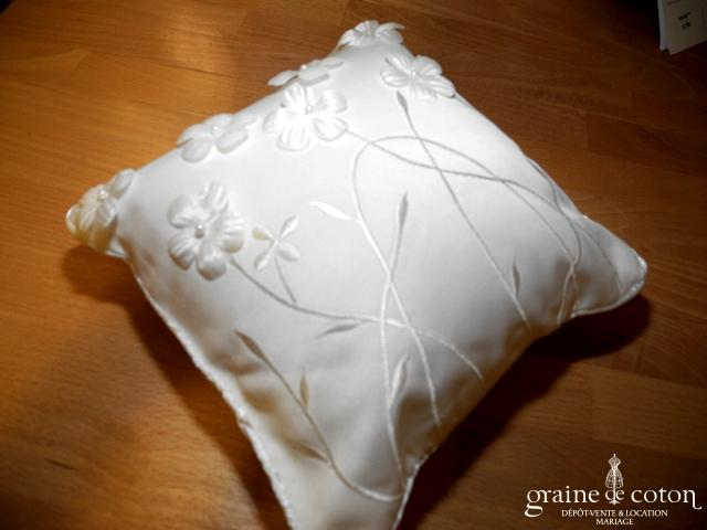 Coussin d'alliances ivoire avec fleurs en tissu