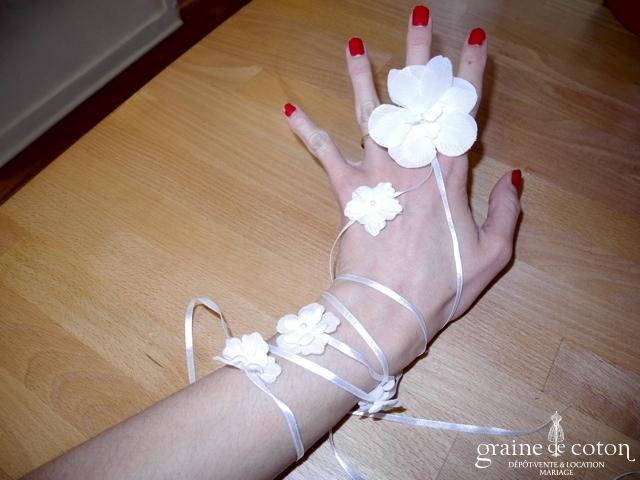 Pronuptia - Bijou de doigt et main en satin ivoire