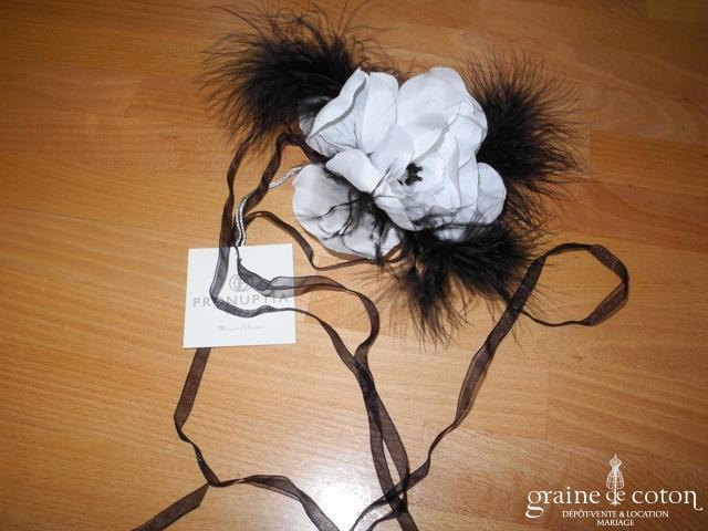 Pronuptia - Fleur en tissu et plumes blanche et noire