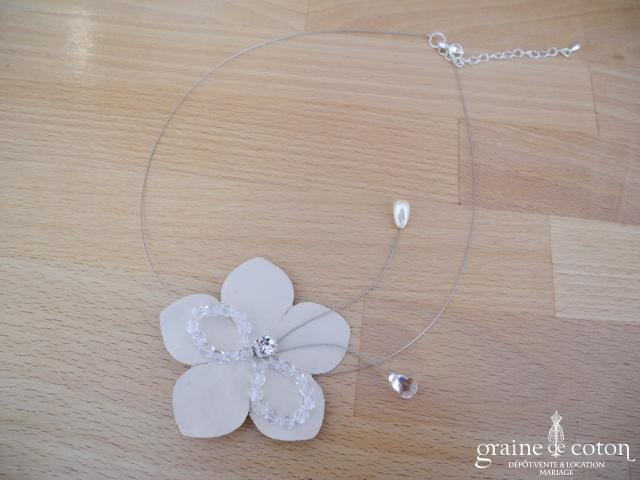 Au Fil Perlé - Tour de cou (collier) avec fleur ivoire et perles transparentes