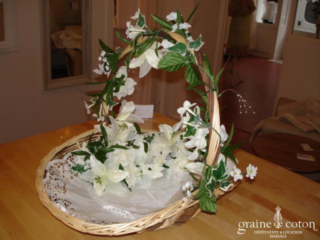 Panier en osier avec anse, décoré de fleurs artificielles amovibles