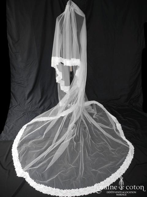 Création - Voile long de 4 mètres en tulle ivoire clair bordé de dentelle