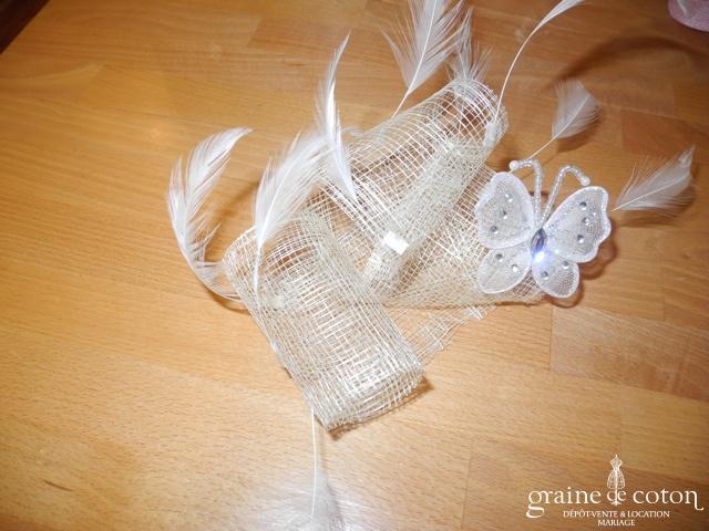 Alexia - Coiffe en sisal ivoire, plumes blanches et papillon pailletée