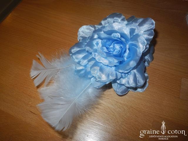 Alexia - Bibi bleu ciel avec grosse fleur en tissu et plumes