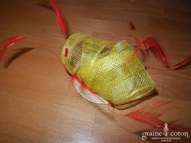 Alexia - Bibi jaune en sisal et plumes rouges