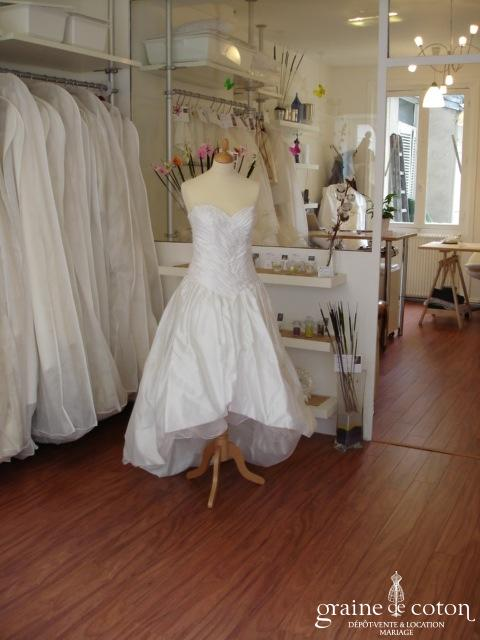 Robe de mariée courte devant et longue derrière (taffetas dentelle)