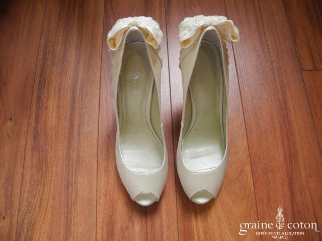 Menbur - Escarpins ouverts (chaussures) en satin ivoire avec noeud en dentelle