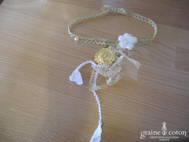Elsa Gary - Tour de cou (collier) ou en dentelle dorée perlée avec médaillon