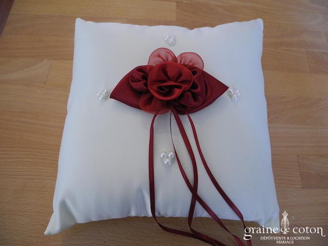 Coussin d'alliances en satin ivoire et fleur en tissu bordeaux