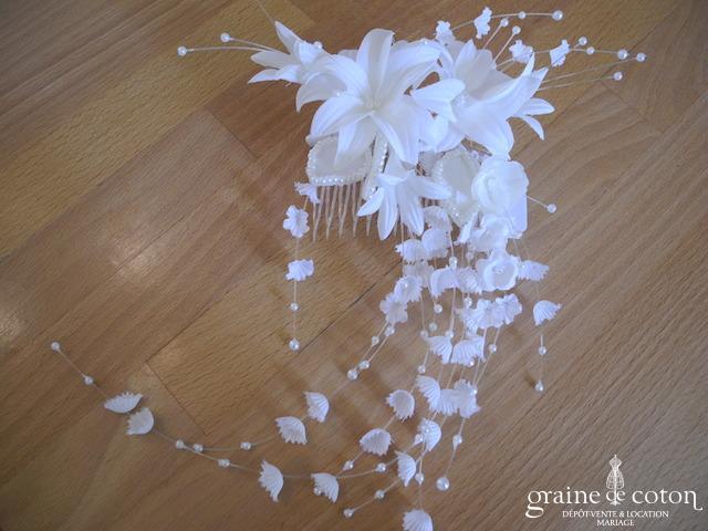 Peigne à cheveux avec fleurs en tissu et perles
