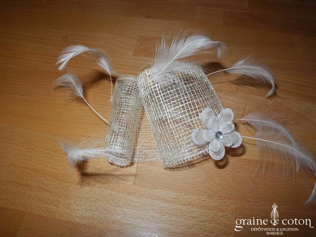 Alexia - Coiffe en sisal ivoire, plumes blanches et fleur pailletée