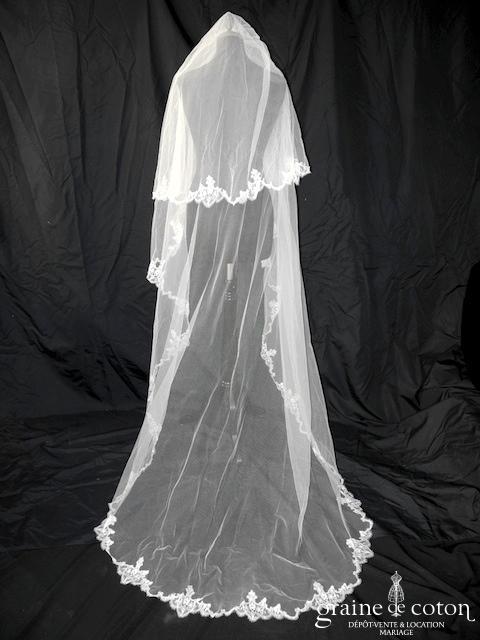 Voile long de 2,50 mètres en tulle ivoire clair bordé d'une fine dentelle
