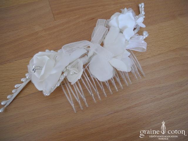Peigne à cheveux avec fleurs en tissu, perles et strass ivoire