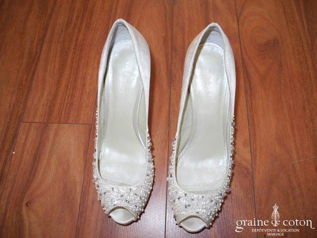 Menbur - Escarpins (chaussures) en satin ivoire à bouts ouverts recouverts de paillettes