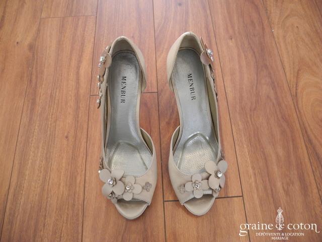Menbur - Escarpins ouverts (chaussures) en satin cappuccino avec fleurs