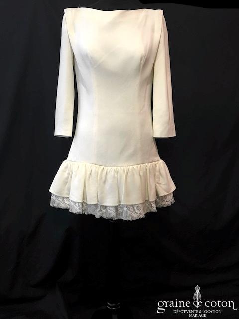 Delphine Manivet - Robe courte en crêpe de soie ivoire avec volant de dentelle (manches dos boutonné)
