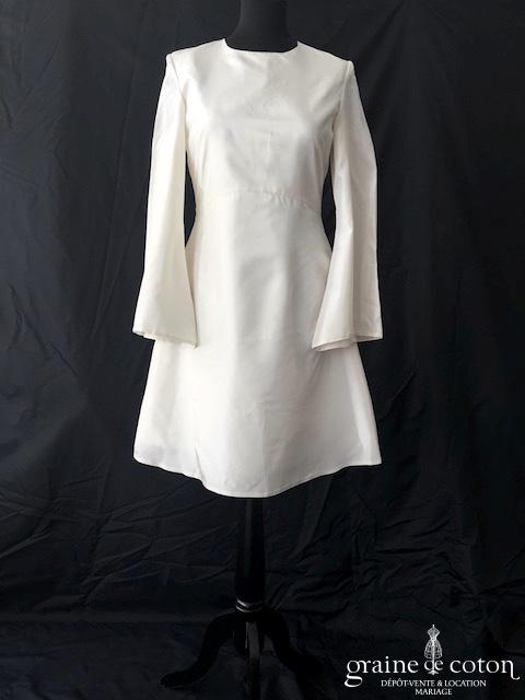 Robe courte en taffetas ivoire à manches longues évasées