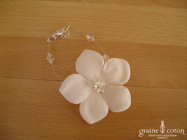 Au fil perlé - Bracelet fleur câblé avec perles transparentes