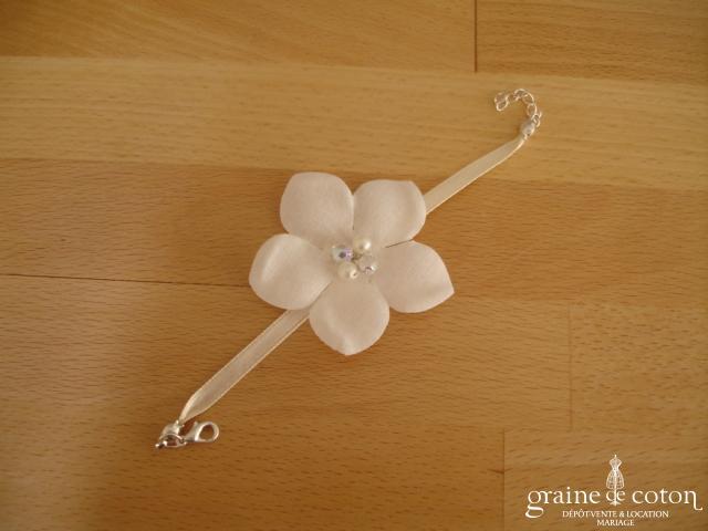 Au fil perlé - Bracelet fleur et ruban de satin ivoire