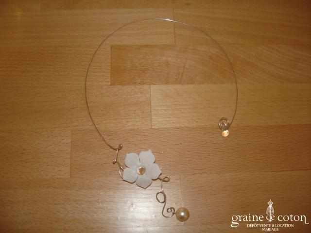 Au fil perlé - Collier métal ouvert avec fleur et perle ivoire