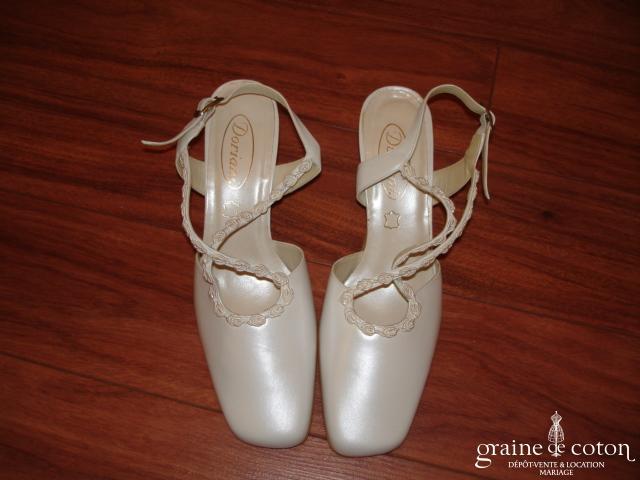 Chaussures ivoire à brides croisées