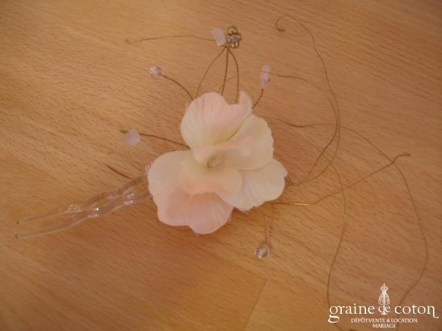 Pic à chignon grande fleur avec tiges dorées