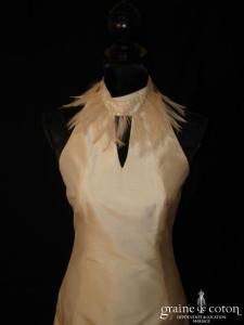Tara Deva - Robe courte en soie sauvage ivoire avec plumes (encolure américaine)