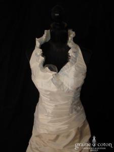 Tara Deva - Robe avec bretelle tour de cou en taffetas ivoire