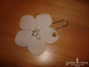 Au fil perlé - Attache traîne avec fleur en tissu et strass Swarovski