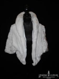 Manteau court en fausse fourrure blanche