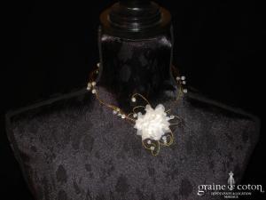 Cymbeline - Collier en fil doré, fleur en organza et perles transparentes