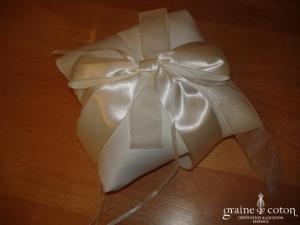 Coussin d'alliances blanc avec noeud en satin