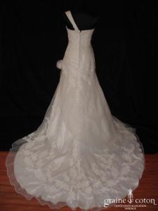 Modèle de défilé - Robe taille basse en organza ivoire (dentelle perles bretelle sirène)